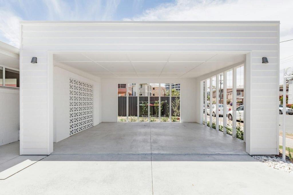 White breeze block garage at Tweed Heads accommodation